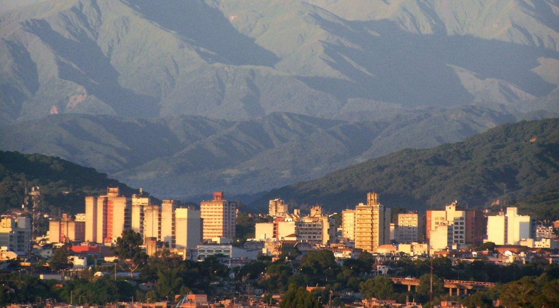 En el medio de un anfiteatro de elevadas montañas se levanta la Tacita de Plata. Foto: Secretaría de Turismo de Jujuy.