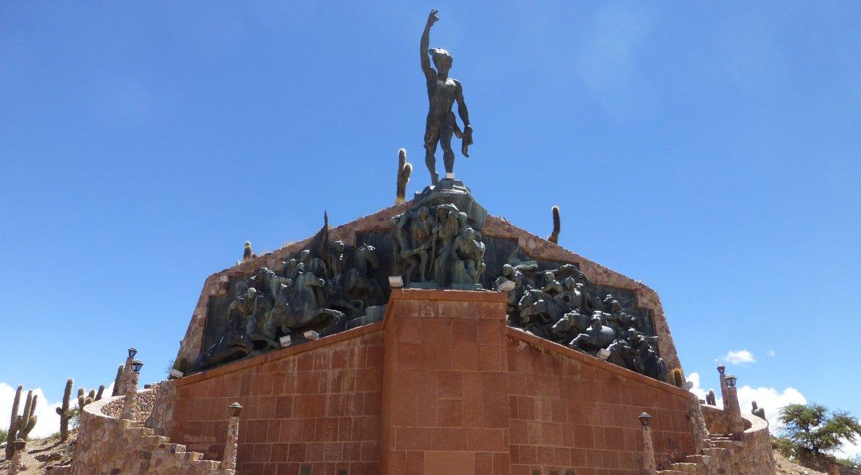 El monumento de 70 toneladas de bronce está coronado por la imagen del chasqui indígena Pedro Socompa.