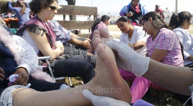 Asistencia a los peregrinos de la Puna en la Rural. Foto Andrés Mansilla