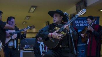 El Chaqueño Palavecino nos visitó en nuestra redacción, con un show exclusivo para todos los lectores de El Tribuno. Foto: Javier Corbalán